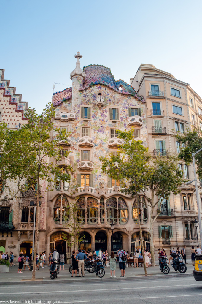 The facade of Casa Battló looks like skulls and colorful dragon scales